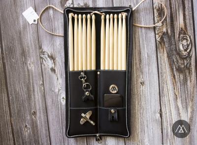 Little Stick Lamanta :: Portapalos y escobillas (6 pares) con 2 portallave. De cuero. Negro